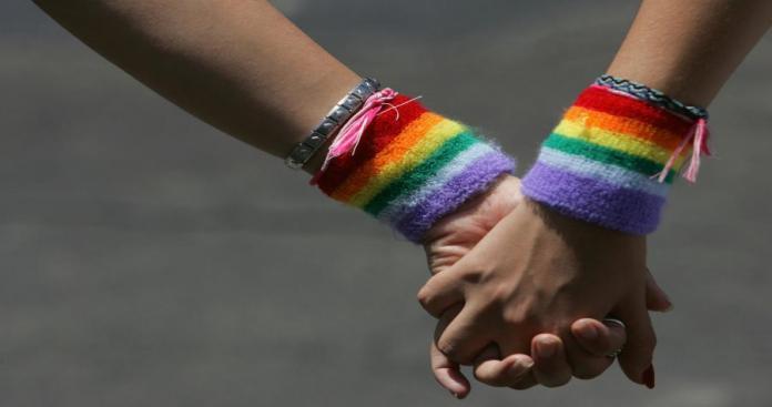 شاهد.. الأمن الأردني يداهم حفل للمثليين جنوبي الأردن (صور)
