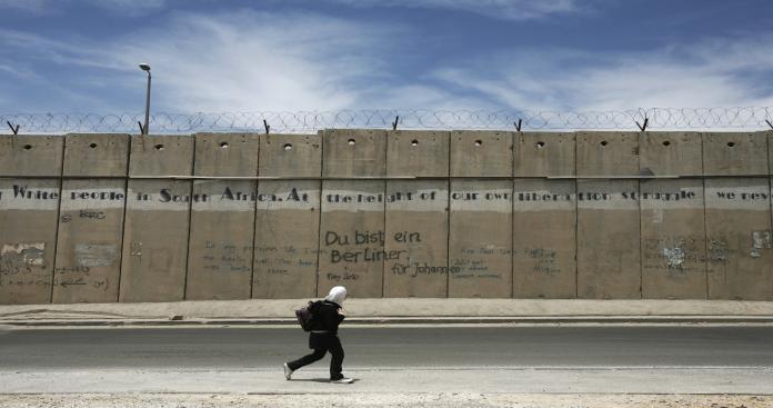 """""""إسرائيل"""" تبني جدارا جديدا عند حدود غزة .. وحماس: إجراءات الاحتلال لن توفر له الأمن"""
