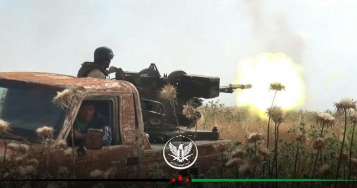 """تدمير سيارات عسكرية وإعطاب دبابة.. """"الجبهة الوطنية"""" تلقن """"قوات الأسد"""" درسًا جديدًا بمعارك حماة (فيديو)"""