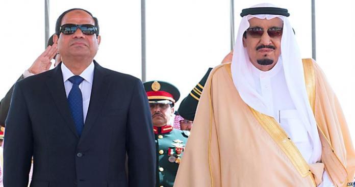 """فضيحة مدوية.. """"السيسي"""" أراد تكريم """"الملك سلمان"""" فأهانة وتسبب بضجة في السعودية (صور)"""