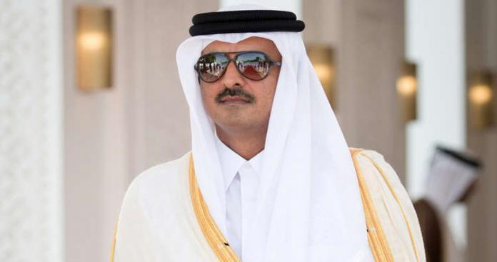 """شاهد.. رد فعل """"غريب"""" من أمير قطر أثناء عزف النشيد الوطني لإحدى دول المقاطعة (فيديو)"""