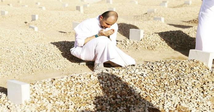 خالد بن الوليد بن طلال يجلس على قبر أمه ويبكي.. والأميرة ريما آل سعود تكتب كلمات مؤثرة (صور)