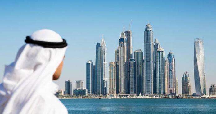 فتاة تلاحق شابًا وتصوره في الإمارات لسبب غريب