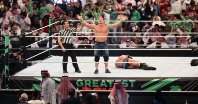 """شاهد.. تصرف """"غريب"""" من مصارعتين شاركتا في """"أول نزال نسائي"""" بالمملكة مع سيدة سعودية (صور)"""