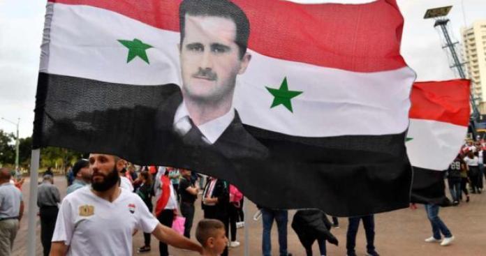 """شبيح يتحدى مظاهرة في الذكرى الثامنة للثورة السورية بألمانيا.. رفع صورة """"الأسد"""" وهذا ما حدث له! (فيديو)"""
