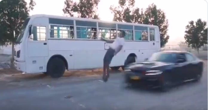 فيديو يحبس الأنفاس .. شاب يلهو على حافة الموت في سلطنة عمان