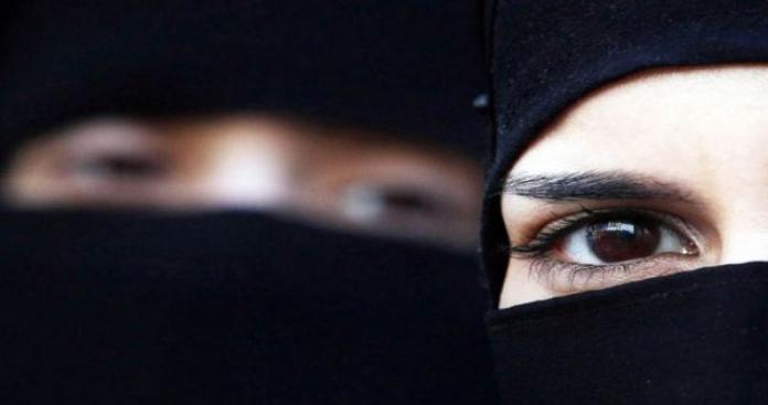 """فتاة سعودية هاربة تتعرى تمامًا وتكتب رسالة على جسمها لـ""""محمد بن سلمان"""".. ماذا جاء فيها؟! (صور)"""