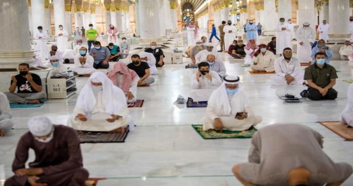 واقعة غريبة.. تأخر الصلاة في المسجد النبوي لمدة خمسين دقيقة، والسديس يطيح بالمسؤولين وإجراءات أخرى