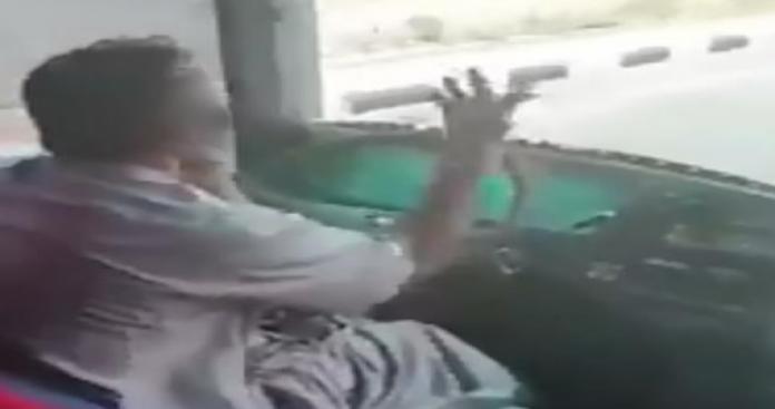 حركات جنسية.. مشاهد صادمة لقائد حافلة حجاج في السعودية وهو يقود على طريق سريع (فيديو)
