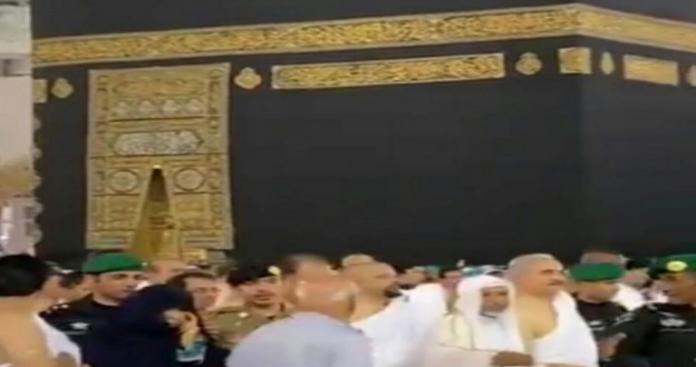 """مفاجأة صادمة.. فتح أبواب الكعبة بأمر محمد بن سلمان أمام شخصية توصف بـ""""مجرم حرب"""" (صورة)"""