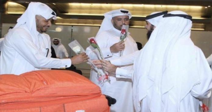 بعد قرار الملك سلمان ومحمد بن سلمان.. قطريون في مطار جدة (صور)