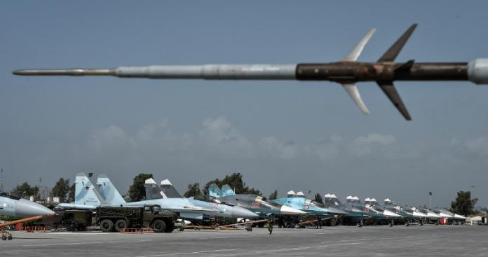 """صحيفة روسية تتهم هذا الفصيل بقصف قاعدة """"حميميم"""" العسكرية"""