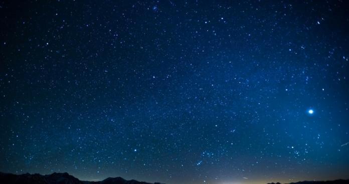 """شاهد.. ظاهرة """"نادرة"""" الحدوث في سماء الإمارات (صورة)"""