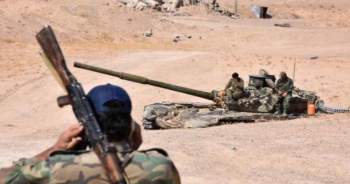 طعام فاسد ومياه قليلة.. مجند في جيش الأسد يوثق معاناته في صحراء ديرالزور (صورة)