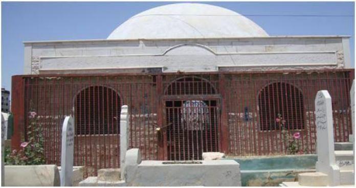 في عهد الأسد.. معمم شيعي يقف على قبر صحابي وسط دمشق ويوجه رسالة طائفية