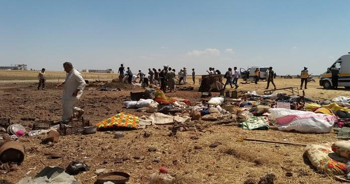 طائرات الأسد الحربية تستهدف مخيم نازحين بإدلب وترتكب فيه مجزرة مروعة