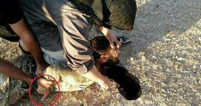 """تنظيم """"الدولة"""" يعدم أحد قادة الثوار ذبحاً في الرقة"""