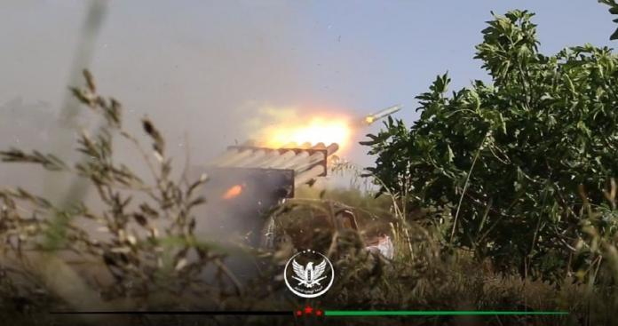 """خارج حدود السيطرة.. ضربات عنيفة لـ""""الجبهة الوطنية"""" تشعل خطوط التماس مع """"قوات الأسد"""" بحماة (فيديو)"""