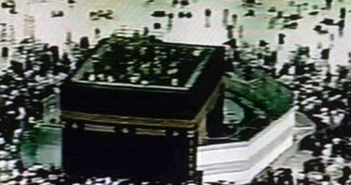 أشخاص يصعدون على سطح الكعبة ويكبرون.. ماذا يحدث في المسجد الحرام؟ (صورة)