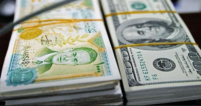 """لم يحدث وقت الاحتلال.. """"حكومة الأسد"""" تُبرِّر انهيار الليرة السورية أمام الدولار الأمريكي"""