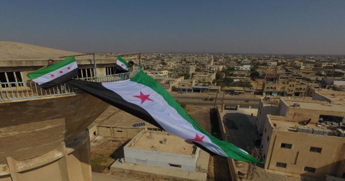 درعا تستعيد روح المقاومة.. علم الثورة يرفرف في إحدى بلداتها وكتابات مناهضة للأسد (فيديو)
