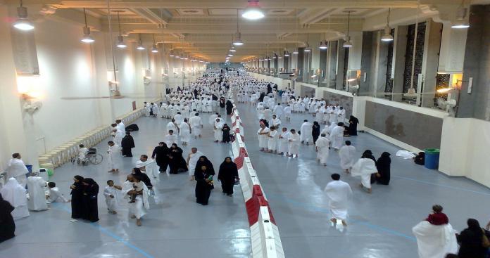 """فيديو غريب من داخل """"المسعى"""" في المسجد الحرام.. مقيم بمكة يصدم المعتمرين بفعله والأمن يتدخل (فيديو)"""