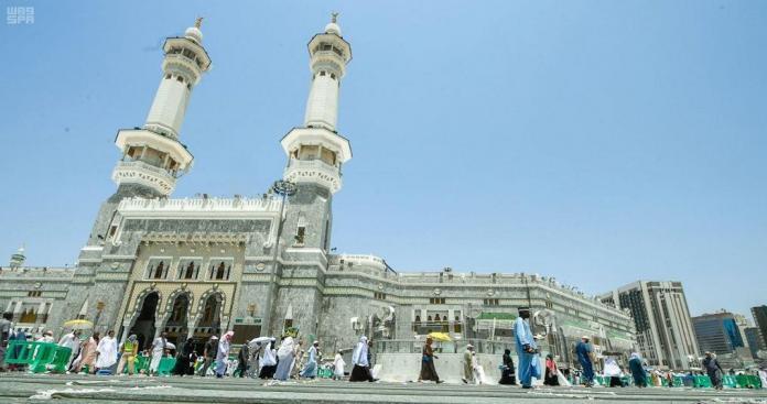 صندوق الشيخ صباح.. شاب كويتي يفاجئ زوار المسجد الحرام (فيديو)