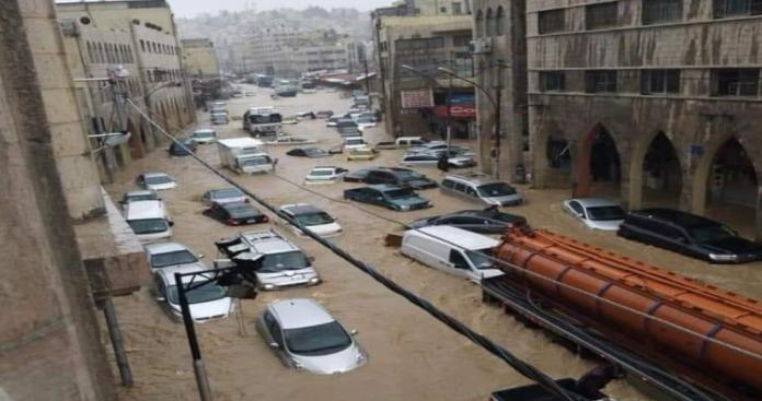 عمان تغرق بعد تكريم حليمة بولند.. مشاهد مرعبة لغرق شوارع الأردن واللاجئين السوريين في العراء (فيديو)