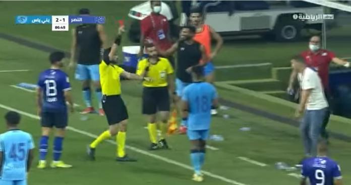 شاهد.. أغرب مشاهد الدوري الإماراتي لكرة القدم.. 3 بطاقة حمراء لشخصيات غير مألوفة في مشهد واحد (فيديو)