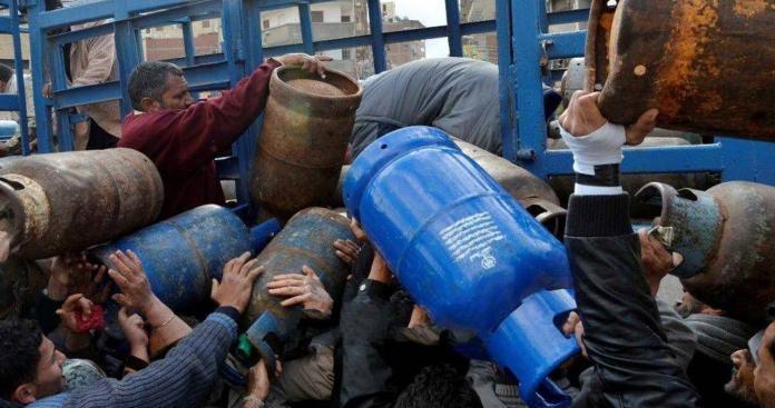 شبيحة الأسد تعتدي على المدنيين في حلب بسبب الغاز (فيديو)