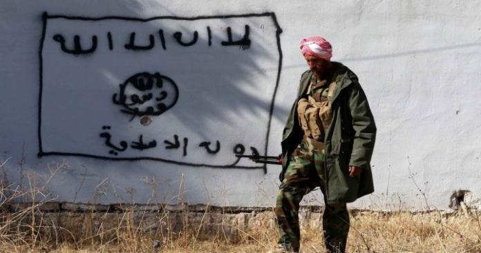 """""""تنظيم الدولة"""" يحول مقراته وآلياته في """"الحجر الأسود"""" إلى رماد (فيديو)"""
