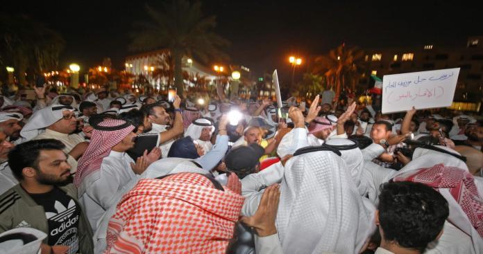 قرار عاجل من وزير كويتي عقب مظاهرات واحتجاجات الشعب