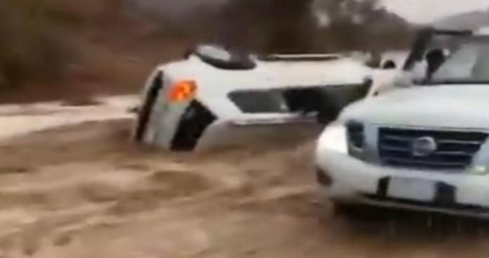 مشهد يحبس الأنفاس.. سيول مرعبة في السعودية تدحرج سيارة بداخلها أسرة مثل الكرة (فيديو)