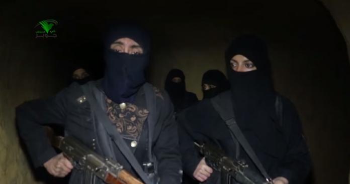 """بعد تقسيمها.. """"نساء الغوطة"""" يحملن السلاح ويوجهن رسائل كالرصاص للفصائل (فيديو)"""
