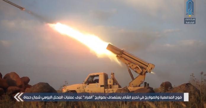 """بالفيديو.. أمطار من صواريخ """"الغراد"""" تنهال على غرفة العمليات الروسية شمالي حماة"""