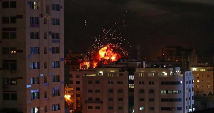 القتلى أطفال ونساء حوامل.. غزة تحت النار بـ120 غارة إسرائيلية والمقاومة تطلق رشقات صاروخية