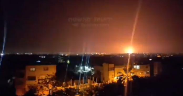 """صاروخ سوري """"طائش"""" يسقط في فلسطين المحتلة.. وانفجارات قرب مفاعل ديمونة النووي الإسرائيلي (فيديو)"""