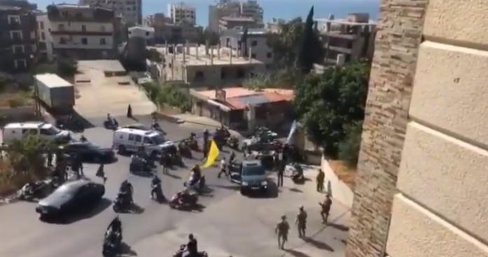 """حرب شوارع في خلدة اللبنانية وسقوط """"حزب الله"""" بكمين أثناء تشييع القيادي علي شبلي (فيديو)"""