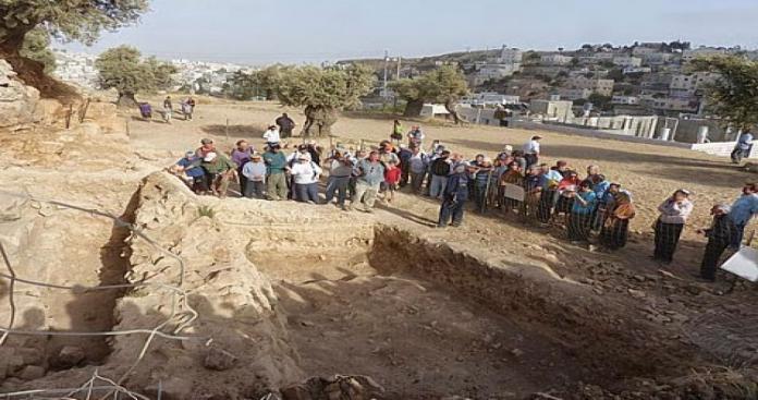 مستوطنون صهاينة يعتدون على موقع أثري بالخليل