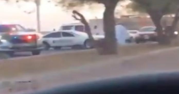 """حادثة صادمة تهز الكويت.. """"علقة ساخنة"""" من شباب لرجل أمن في الشارع (فيديو)"""