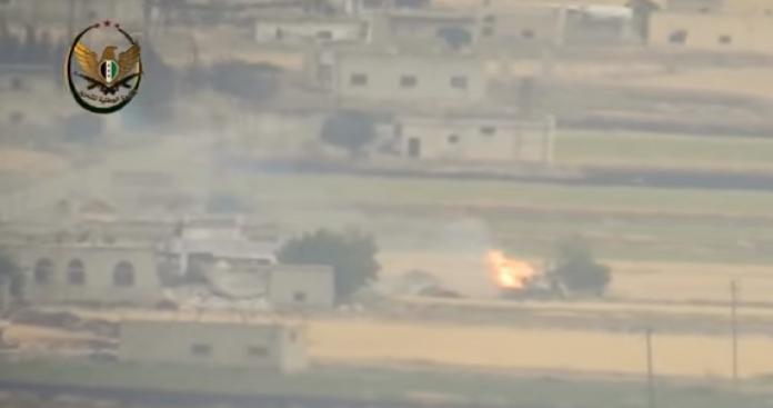 """تدمير مدفع ومجنزرة لـ""""قوات الأسد"""" واحتراق طاقميهما بصواريخ """"الجبهة الوطنية"""" شمالي حماة (فيديو)"""