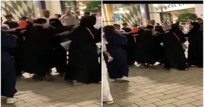 بالفيديو.. معركة نسائية تشتعل في مجمع شهير بالكويت