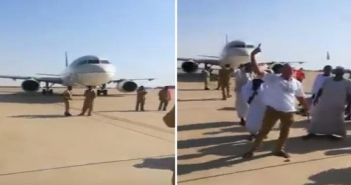 ما لم ينشره الإعلام السعودي عن احتجاز طائرة سعودية في السودان.. انقلاب الثوار (فيديو)