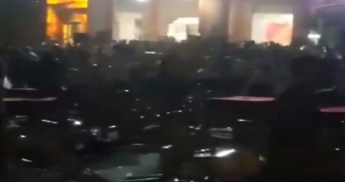 حفل زفاف في لبنان يتحول إلى ساحة حرب.. تراشق بالكراسي وسقوط جرحى (فيديو)