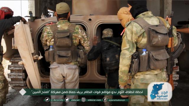 """لحظة انطلاق الثوار نحو مواقع قوات النظام بريف حماة ضمن معركة """"الفتح المبين"""""""