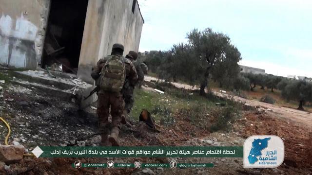 لحظة اقتحام عناصر هيئة تحرير الشام مواقع قوات الأسد في بلدة النيرب بريف إدلب