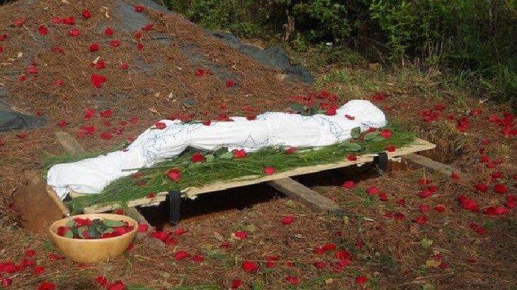 في تصرف للإنساني.. لبنانيون يجبرون أسرة سورية على نبش قبر طفلهم لهذا السبب