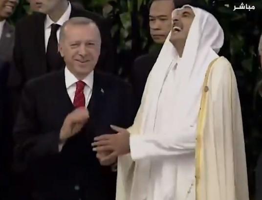 """هوشة على """"تويتر"""" بين سعوديين وقطريين.. فيديو لـ""""تميم بن حمد"""" و""""أردوغان"""" يقلب الخليج (فيديو)"""