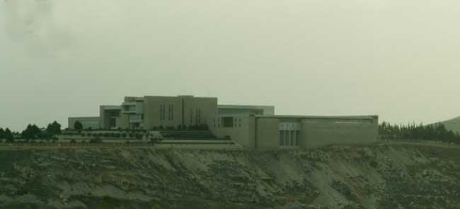 """شاهد.. سجون سرية ونفق لتخزين الكيماوي في محيط قصر """"بشار الأسد"""""""