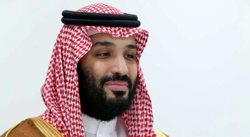"""شاهد.. فتاة سعودية تحتضن """"ابن سلمان"""" في طريق عام وتكشف السبب! (صور)"""